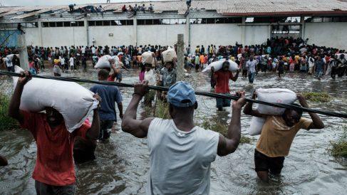 Ciudadanos de Mozambique tras el paso del ciclón. Foto: AFP