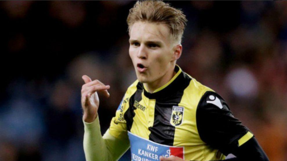 Martin Odegaard celebra un gol con el Vitesse.