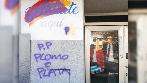 Pintadas de «plata o plomo» en la sede del PP en Rivas Vaciamadrid