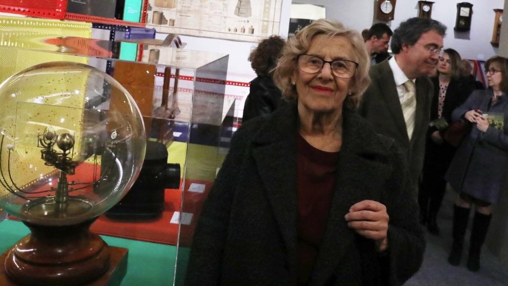Carmena visitando la exposición sobre la esucela en la República. (Foto. Madrid)