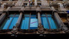 La fachada de la consejería de Economía de Cataluña luciendo el lazo blanco que sustituyó al amarillo para intentar burlar la orden de la Junta Electoral Central. Foto: Twitter