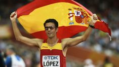 Miguel Ángel López celebra un triunfo con la bandera de España. (AFP)