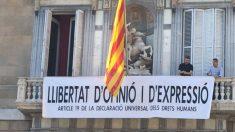 Quim Torra coloca una nueva pancarta en el balcón del Palau de la Generalitat. Foto: Twitter