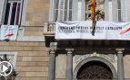Así retiraron la pancarta y los lazos en apoyo a los golpistas de la fachada del Palau de la Generalitat