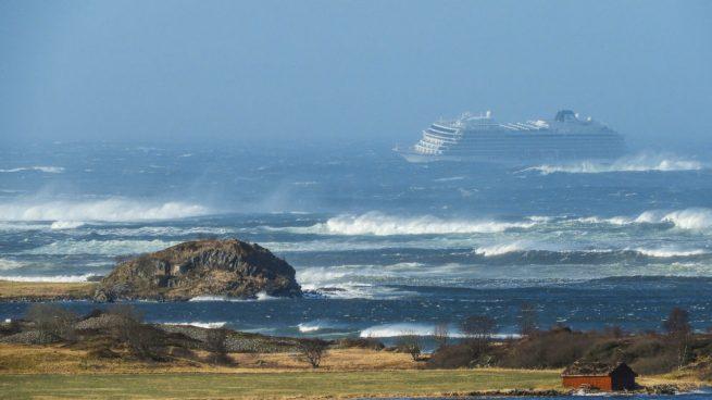 Rescatan a mil 300 pasajeros de crucero varado tras zarpar en Noruega