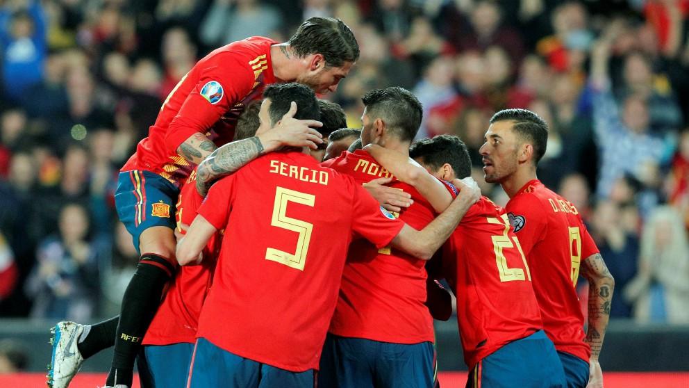 Los jugadores de España celebran el gol de Rodrigo contra Noruega. (Getty)