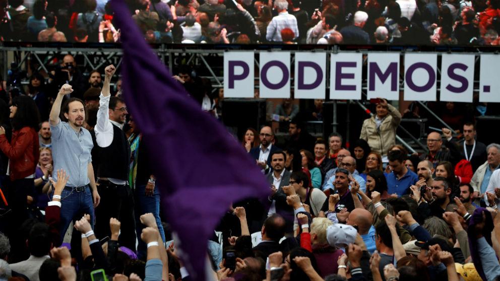 Pablo Iglesias y Juan Carlos Monedero, este sábado en la Plaza del Museo Reina Sofía. (Foto: EFE)