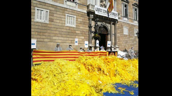 Societat Civil Catalana denuncia a la Generalitat por «vulnerar la neutralidad» al colocar lazos amarillos