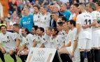 Jugadores leyenda del Valencia posan en Mestalla para conmemorar el centenario de la fundación del club valenciano. EFE