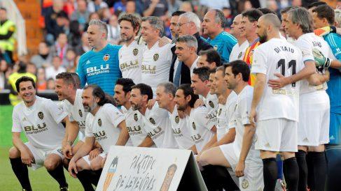 Jugadores leyenda del Valencia posan en Mestalla para conmemorar el centenario de la fundación del club valenciano (EFE)