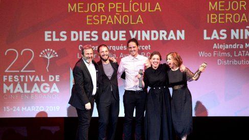 El director y otros miembros de la película ganadora (Foto: EFE).