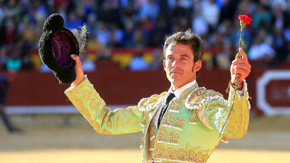 Paco Ramos saluda al público tras una de sus faenas (Foto: EFE).