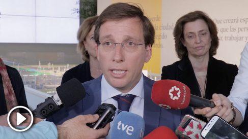 El candidato del PP a la Alcaldía de Madrid, José Luis Martínez-Almeida, se pregunta si Izquierda Unida se querellará con Manuela Carmena