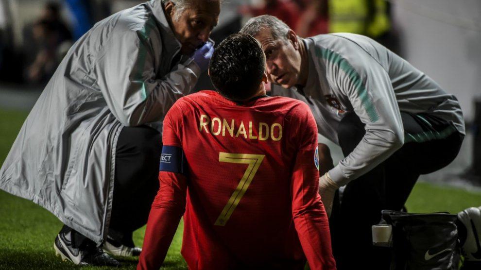 Cristiano Ronaldo, atendido por los médicos. (AFP)