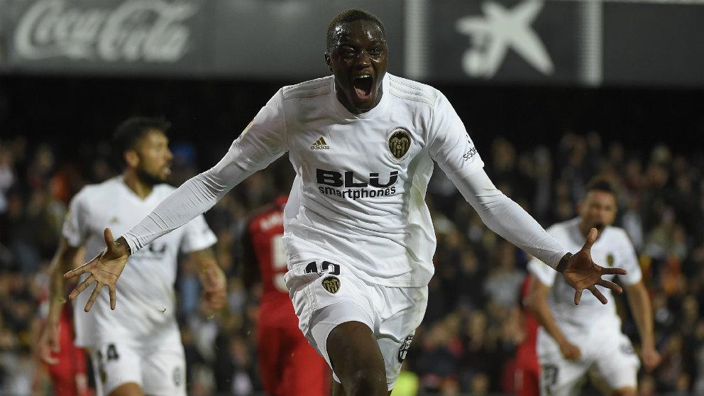 Mouctar Diakhaby celebra un gol con el Valencia (AFP)