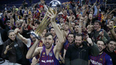 Oriola celebra la Copa del Rey junto a los seguidores del Barcelona. (ACB)