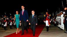 Los Reyes Felipe Vi y Letizia en el aeropuerto de Buenos Aires. Foto: Europa Press