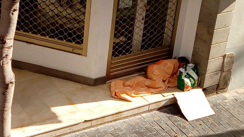 Un sintecho, a los que atiende la organización de laIglesia Cáritas, en la calle. Foto: Europa Press