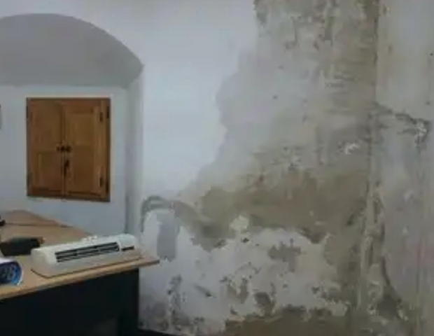 Los guardias civiles amargan la campaña al candidato Marlaska con fotos de cuarteles ruinosos
