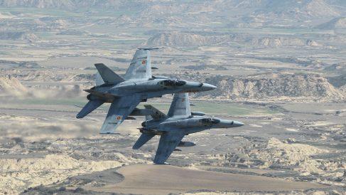 F-18 del Ejército del Aire realizando maniobras con fuego real en Bardenas Reales (Navarra).