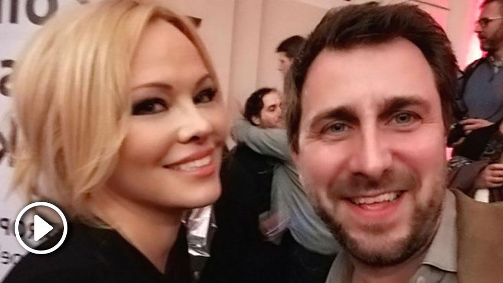 El ex consejero fugado Toni Comín junto a la modelo canadiense Pamela Anderson