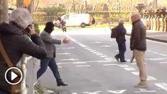 Joaquín Benítez, el acusado, intenta dar la mano al padre de una de sus víctimas.