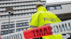Un policía alemán frente  uno de los consistorios evacuados. Foto: AFP