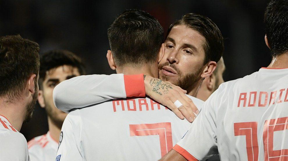 Ramos abraza a Morata tras el gol. (AFP)