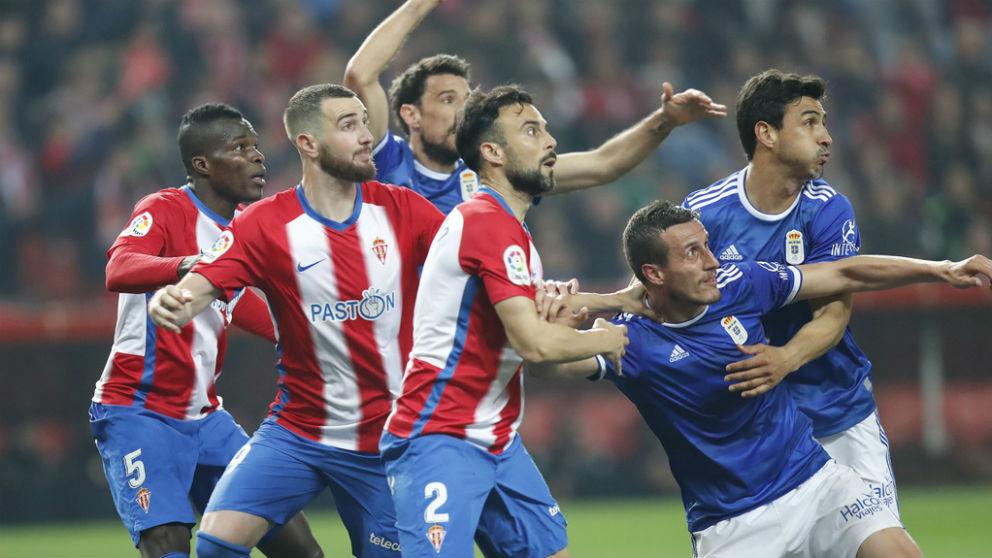 Jugadores de Sporting y Oviedo durante el derbi. (Foto: realoviedo.es)
