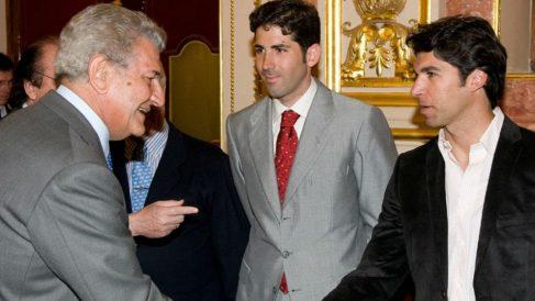 Jesús Posada recibiendo a Serafín Marín y Cayetano Rivera. Foto: Europa Press