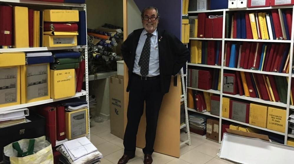 El arquitecto José Manuel Dávila en su archivo con todos los proyectos que ha desarrollado. (Foto. OKDIARIO)