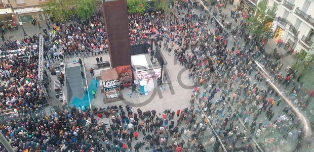 El fondo donde estaba el 'backstage' los intervinientes de Podemos tampoco se llenó. (Foto: OKDIARIO)
