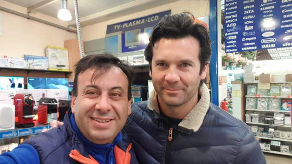 Solari, fotografiándose con un aficionado en Ibiza (Foto: Nou Diari).