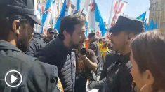 Un diputado de Podemos se pone chulo con la Policía: «Usted no me manda aquí, deme el número de placa». video @Naranjito