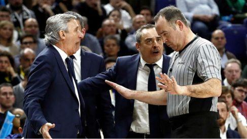 Pesic discute con uno de los colegiados de la final de la Copa del Rey. (EFE)