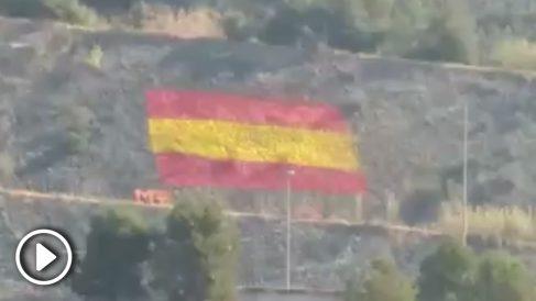 Un comando constitucionalista pinta una gran bandera de España en el muro de una carretera de Martorell (Barcelona)