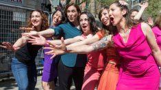 Ada Colau con unas bailarinas. Foto: EFE