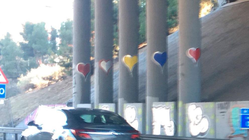 Unos corazones en uno de los puentes de la M-30 de Madrid.