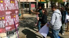 Voluntarios pegan carteles en contra del juicio al referéndum ilegal de Cataluña en el Tribunal Supremo. Foto: Europa Press