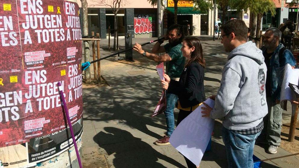 Voluntarios pegan carteles en contra del juicio al referéndum ilegal de Cataluña en el Tribunal Supremo. Foto: Europa Press