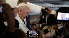 El Papa Francisco atiende a los medios de comunicación en el avión papal que le traslada hasta Marruecos para su visita oficial. Foto: AFP