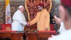 El Papa Francisco estrecha la mano del Rey de Marruecos, Mohamed VI, en su visita oficial al país africano. Foto: AFP