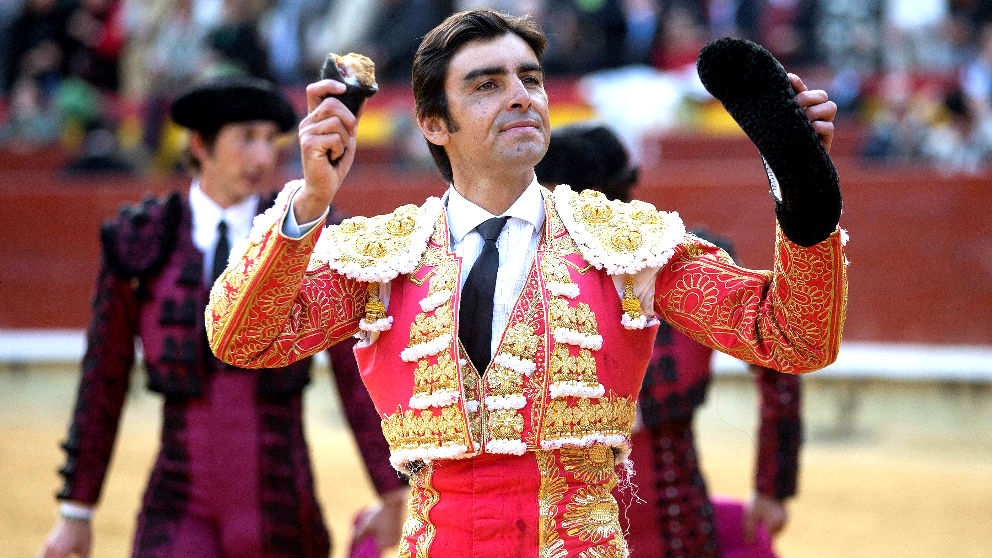 Miguel Ángel Perera saluda con la oreja cortada a su segundo toro (Foto: EFE).