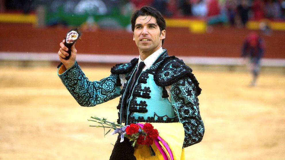 Cayetano exhibe la oreja cortada este domingo en Castellón (Foto: EFE).
