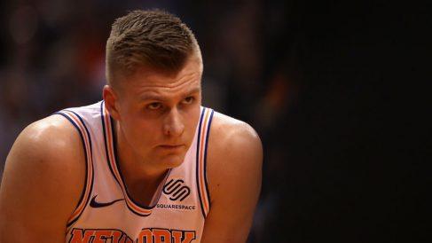 Kristaps Porzingis durante un encuentro con los New York Knicks, su ex equipo en la NBA. (Getty)