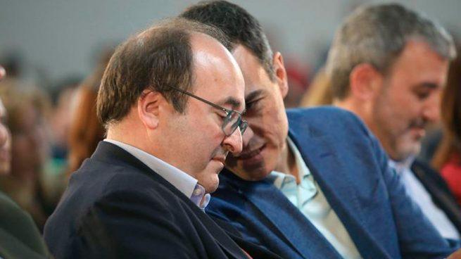 El presidente del Gobierno en funciones, Pedro Sánchez, junto al líder del PSC, Miquel Iceta. (Foto: EFE)