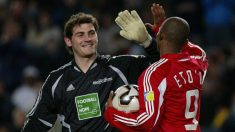 Iker Casillas y Samuel Eto'o (AFP)