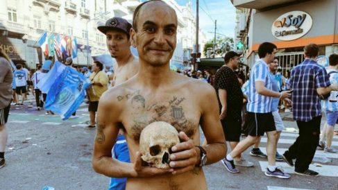 Gabriel Aranda con el cráneo de su abuelo, Valentín Aguilera (Twitter)