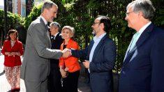 El director de la Agencia EFE, Fernando Garea, junto a miembros del Gobierno en funciones saludan al Rey Felipe VI a su llegada a la Casa de América donde se entregaron los XXXVI Premos Rey de España, y el XV premio de periodismo Don Quijote. Foto: EFE
