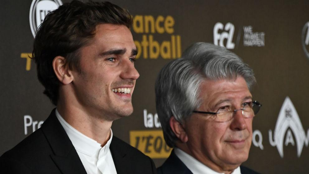 Antoine Griezmann y Enrique Cerezo en la gala del Balón de Oro. (AFP)
